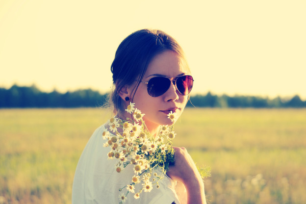 Girl Holding Daisy Flowers Sunglasses HD Wallpaper